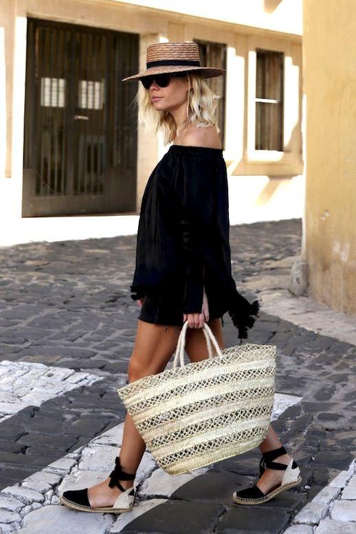 come indossare la borsa di paglia
